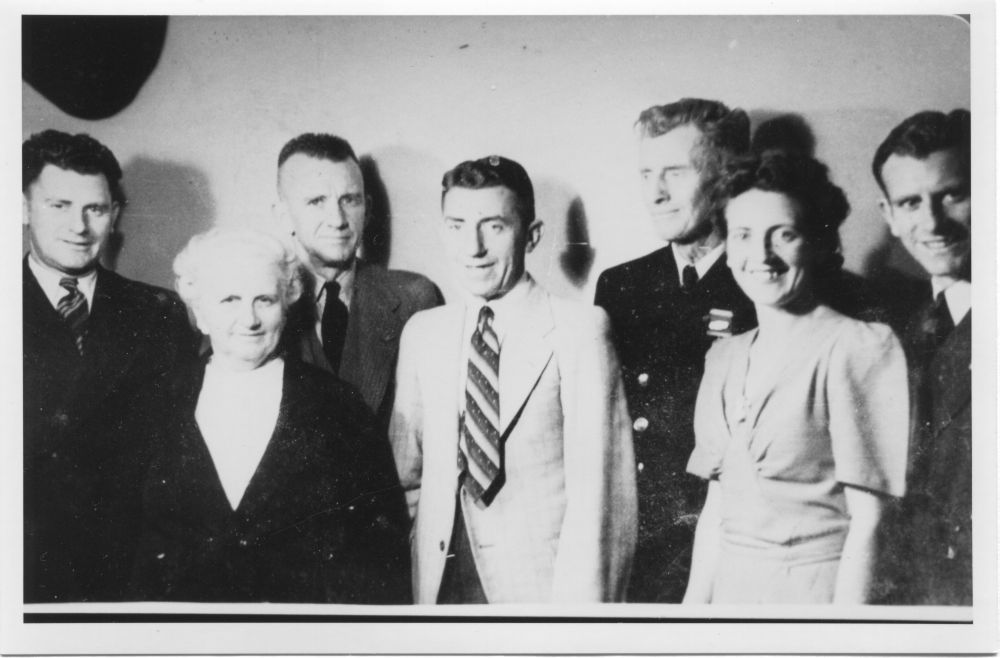 L-R Cliff, Annie, Jack, Frank, Vic, Gwen and Ron Reid c.1942